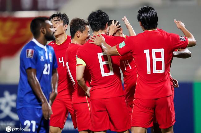 半场-武磊单刀破门明天伤退 国足暂2-0马尔代夫